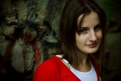 Mulher e parede de sorriso Imagem de Stock Royalty Free