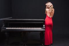 Mulher e piano Imagens de Stock Royalty Free