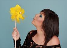 Mulher e pinwheel Imagens de Stock Royalty Free