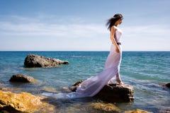 Mulher e praia do mar Fotografia de Stock