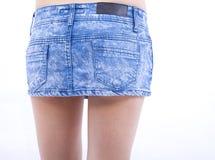 Mulher e saia 'sexy' das calças de brim Fotos de Stock Royalty Free