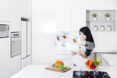 Mulher e tabuleta digital com receitas virtuais foto de stock royalty free
