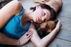 Mulher e um cão Fotos de Stock Royalty Free