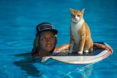 A mulher e um gato estão na piscina Fotografia de Stock Royalty Free