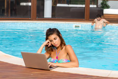 Mulher e um homem em uma piscina Fotos de Stock Royalty Free