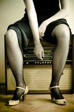 Mulher e um rádio velho Foto de Stock