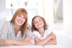 Mulher e um sorriso da menina foto de stock royalty free