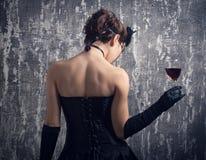 Mulher e um vidro do vinho vermelho. Foto de Stock Royalty Free
