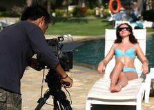 Mulher e vídeo-operador bonitos Imagens de Stock Royalty Free