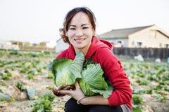 Mulher e vegetais na exploração agrícola Imagens de Stock Royalty Free
