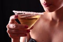 Mulher e vidro de martini fotografia de stock