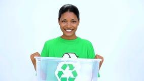 Mulher ecológica que guarda o escaninho de reciclagem vídeos de arquivo