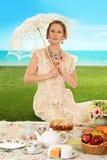 Mulher edwardian nova no piquenique com guarda-chuva imagens de stock