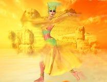 Mulher egípcia na tempestade de areia do deserto com esfinge e ruínas antigas no fundo Imagem de Stock