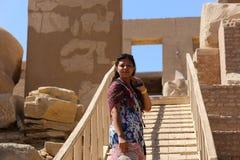 Mulher egípcia no templo de Ramesseum em Luxor - Egito imagens de stock royalty free