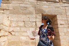Mulher egípcia no templo de Ramesseum em Luxor - Egito fotos de stock