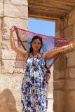 Mulher egípcia no templo de Ramesseum em Luxor - Egito foto de stock
