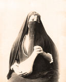 Mulher egípcia no vestido tradicional 1880 Imagens de Stock Royalty Free