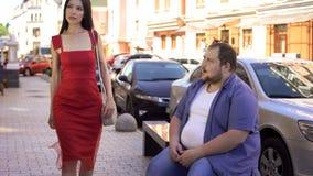 Mulher elegante bonita de vista masculina obeso, diferença do estilo de vida, motivação foto de stock royalty free