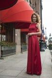 Mulher elegante bonita em um vestido vermelho imagem de stock