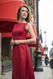 Mulher elegante bonita em um vestido vermelho imagens de stock