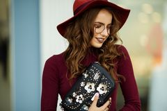 A mulher elegante bonita está vestindo a roupa e os vidros do outono da forma com saco preto, conceito da queda Imagens de Stock