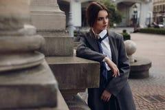 Mulher elegante bonita na roupa da forma que levanta na rua imagem de stock royalty free
