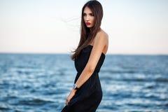 Mulher elegante bonita no vestido e no relógio longos românticos no Fotos de Stock