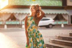 Mulher elegante bonita no vestido romântico, cabelo encaracolado longo no th Imagem de Stock