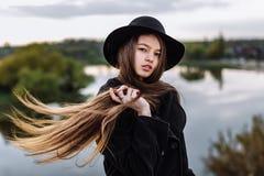 Mulher elegante bonita nova no chapéu, cabelo longo Foto de Stock