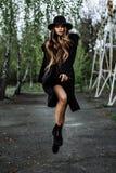A mulher elegante bonita nova no chapéu levita, cabelo longo Fotografia de Stock
