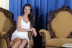 Mulher elegante bonita que senta-se na poltrona fotografia de stock royalty free