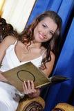 Mulher elegante bonita que senta-se na poltrona imagens de stock royalty free