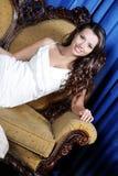 Mulher elegante bonita que senta-se na poltrona imagens de stock