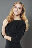 A mulher elegante bonita vestiu-se no preto elegante isolada sobre Foto de Stock Royalty Free
