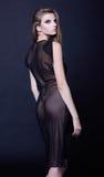 Mulher elegante com cabelo longo no vestido da noite no fundo escuro Fotos de Stock Royalty Free
