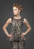 Mulher elegante com cabelo no fundo cinzento fotos de stock royalty free