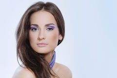 Mulher elegante com composição da pele e da violeta da saúde imagens de stock royalty free