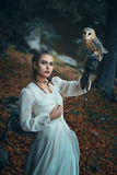 Mulher elegante com coruja de celeiro imagens de stock