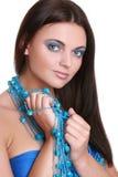 Mulher elegante com grânulos azuis imagem de stock royalty free