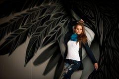 Mulher elegante com o graffitti blured no fundo fotografia de stock royalty free