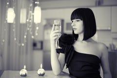 Mulher elegante com o vidro da bebida, comemorando Imagens de Stock Royalty Free