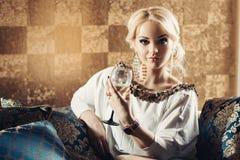 Mulher elegante com um vidro disponivel foto de stock