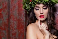 Mulher elegante da forma do Natal Penteado e composição do ano novo do Xmas Senhora lindo do estilo de Vogue com as decorações do Fotografia de Stock Royalty Free