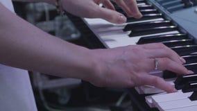 A mulher elegante de opinião lateral do close up do movimento lento entrega a música do jogo video estoque