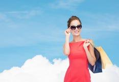 Mulher elegante de sorriso no vestido com sacos de compras Fotografia de Stock