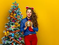 Mulher elegante de sorriso que guarda a bola do Natal Imagem de Stock Royalty Free