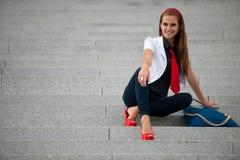 Mulher elegante do estilo do blogue no levantamento das escadas fotografia de stock