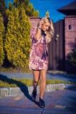 Mulher elegante e à moda Fotografia de Stock