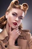Mulher elegante e na moda no Pin acima do estilo retro - pessoa orgulhosa Imagem de Stock